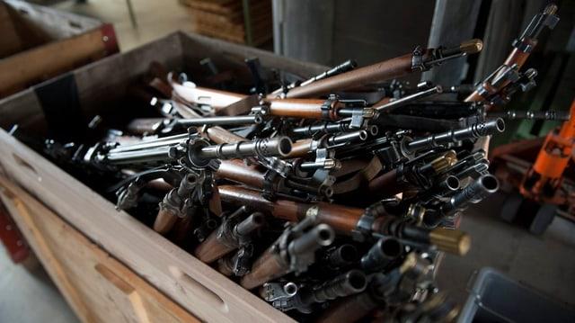 Mehrere Gewehre, die bei der Polizei abgegeben wurden.