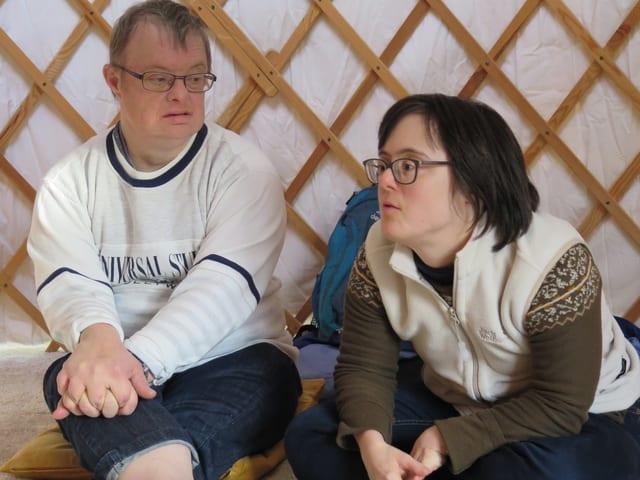 Ein Mann und eine Frau im Gespräch