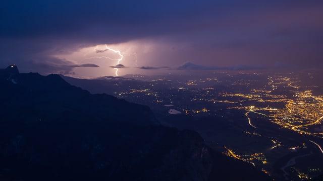Blitzeinschlag hinter Thun.