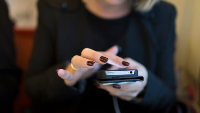 Frau am Smartphone.