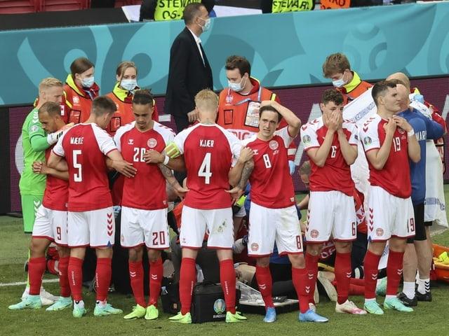 Die dänischen Nationalspieler bilden einen Kreis um Christian Eriksen.