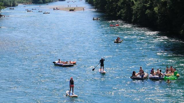 Mehrere Boote trieben am Samstag bei Belp die Aare hinunter.
