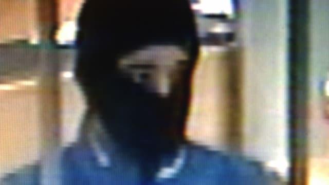 Das Polizeibild zeigt einen maskierten Mann.