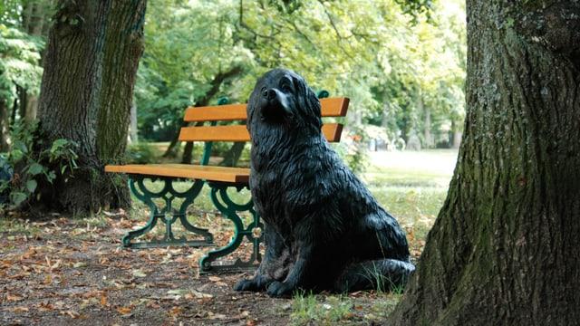 Skulptur des Aktionskünstlers Ottmar Hörl neben einer Bayreuther Parkbank während der Festspiele 2004.