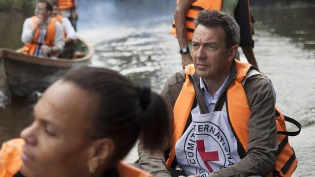 IKRK-Präsident Peter Maurer mit einer Rotkreuz-Veste in einem Boot auf einem Fluss in Kolumbien.