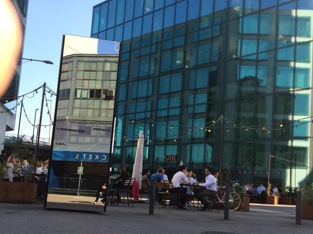 Café am Fusse der Prime-Towers, im Spiegelbild die Maag-Halle, die heute als Konzertlokal genutzt wird.
