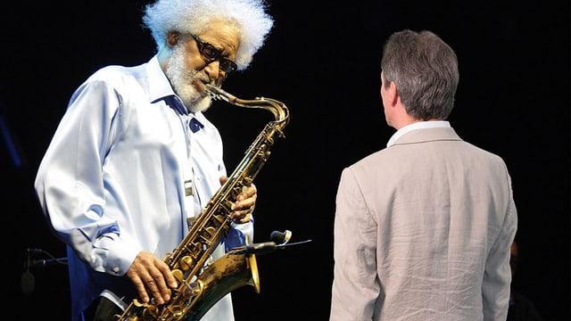 Beat Blaser betrachtet einen Saxophonisten.