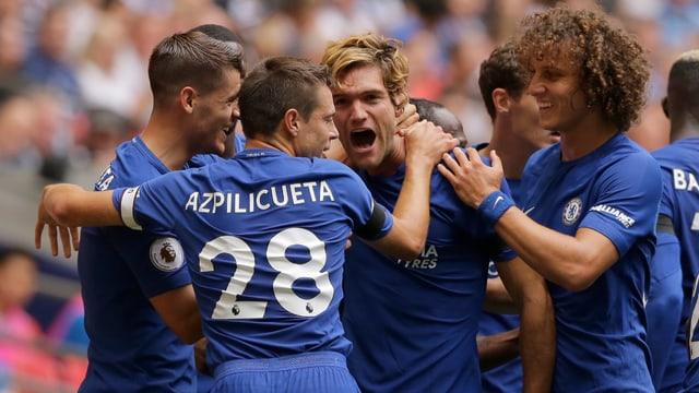 Die Chelsea-Spieler beglückwünschen Doppeltorschütze Marcos Alonso.