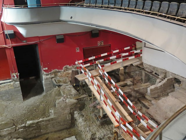 Oben Kinosaal, unten Baugrube