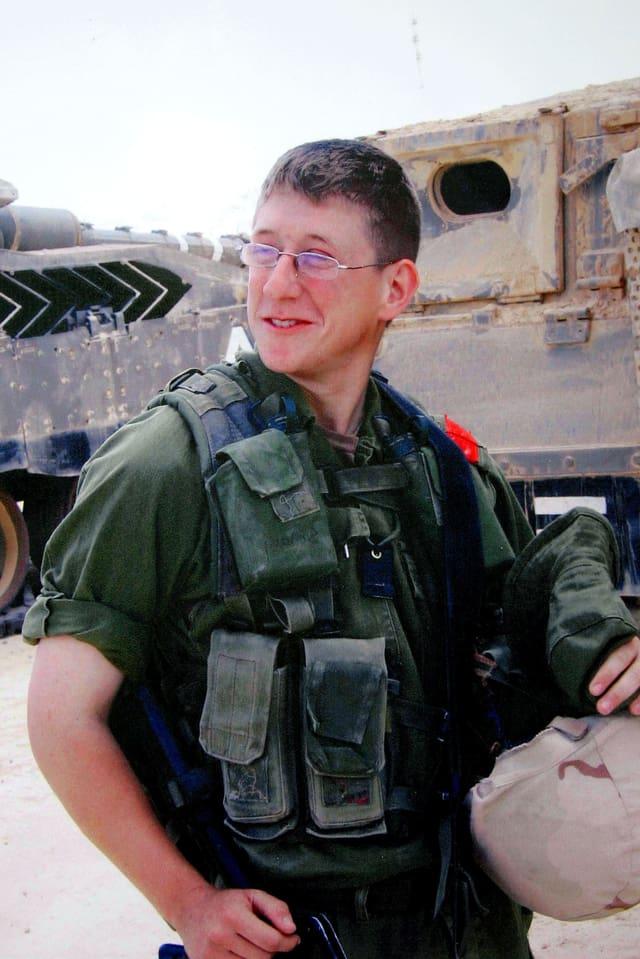 Junger Mann in Militäruniform.