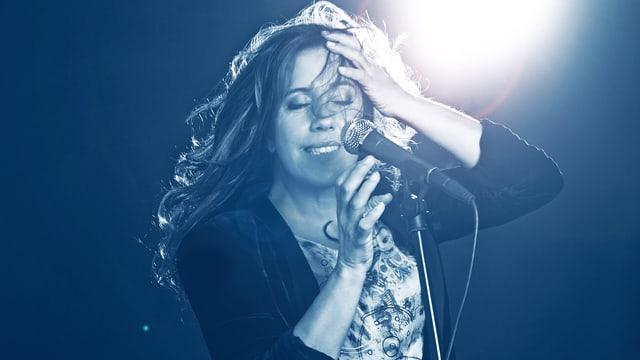 Lilly Martin in Aktion auf der Bühne am Singen.