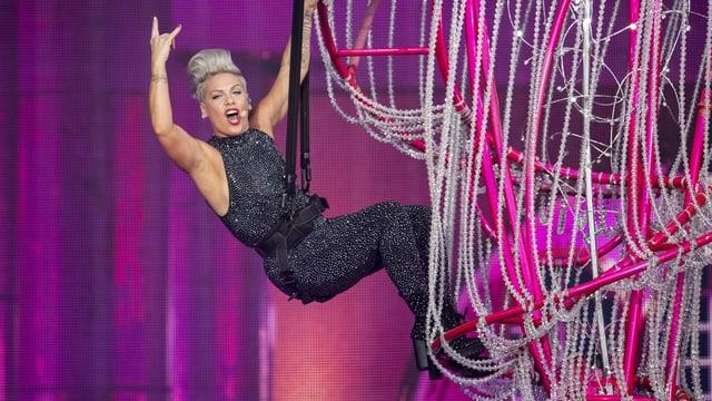 Powerfrau Pink beeindruckt in Zürich mit einer schweisstreibenden und spektakulären Show.