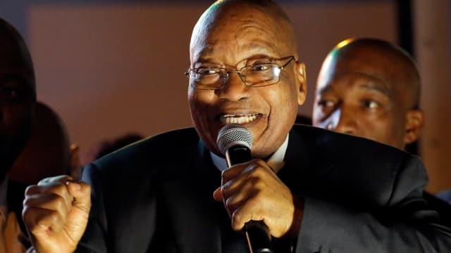 Zuma ballt die Faust, ein Mikrophon in der anderen Hand.
