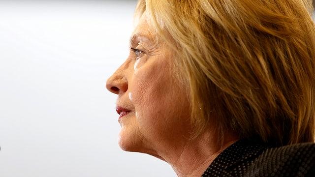 Seitliches Porträt von Hillary Clinton.