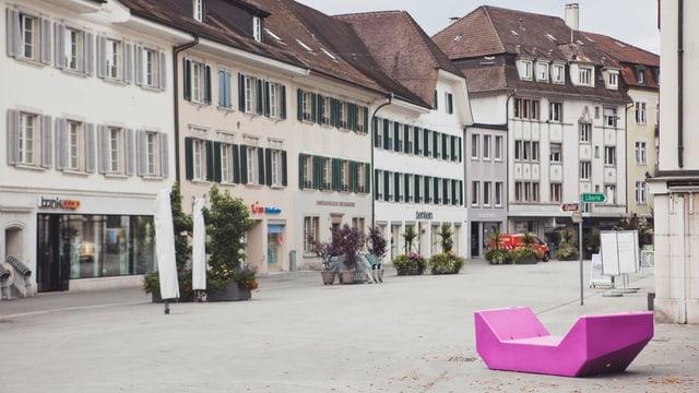 Plastikmöbel in knalliger Farbe in der historischen Innenstadt