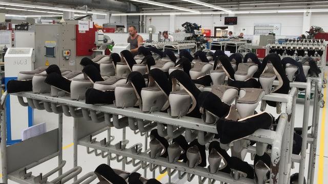 Blick in einen Raum einer Schuhfabrik