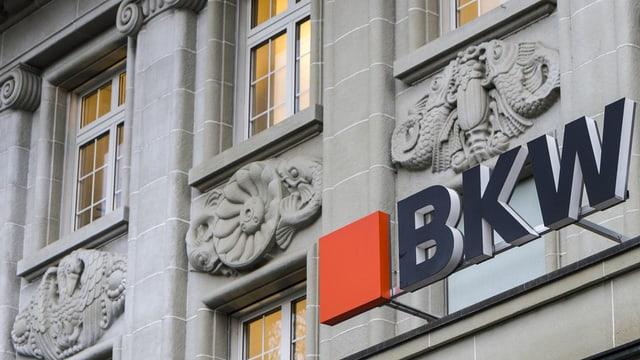 BKW-Logo am Hauptsitzgebäude.