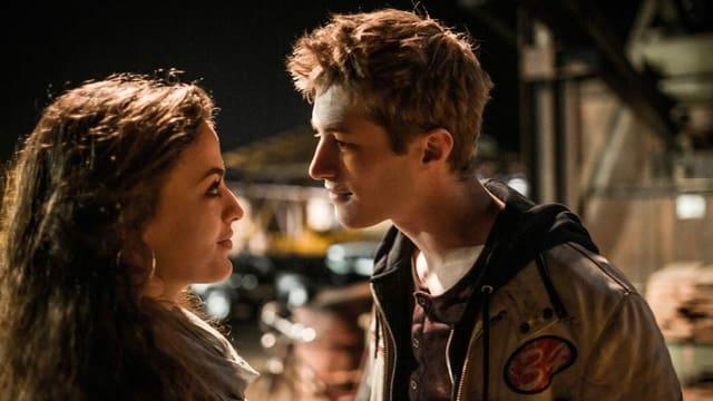 Ein Mädchen und ein Junge sprechen zusammen.