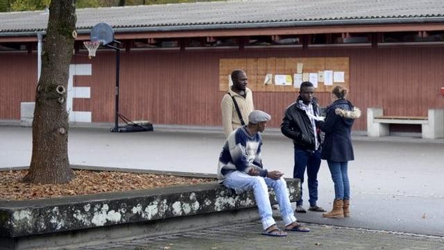 Asylbewerber vor einem Asylzentrum.