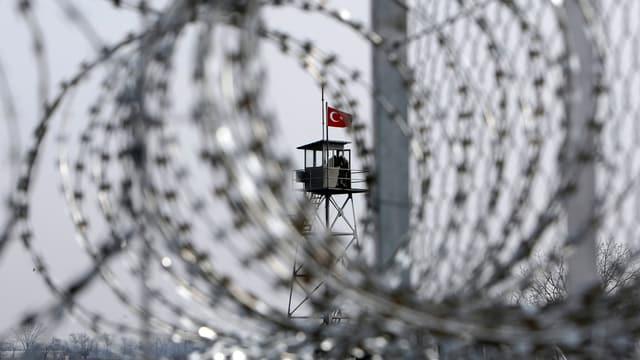 Grenzzaun mit türkischen Grenzposten im Hintergrund