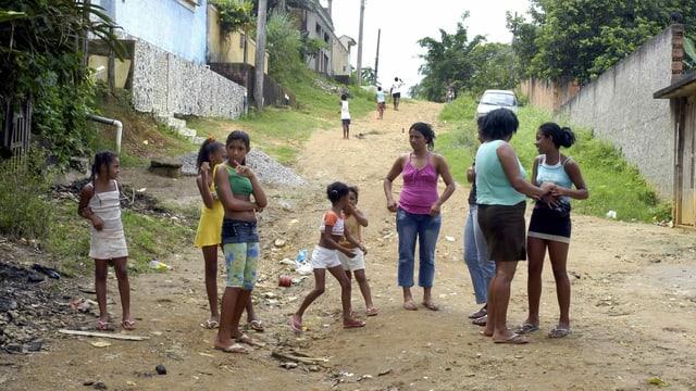 Frauen in einer Favela im Süden von Rio de Janeiro.