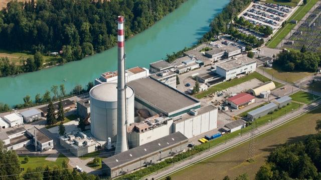 Das AKW Mühleberg mit Kühlturm und Gebäuden in einer Luftaufnahme, daneben der Fluss.