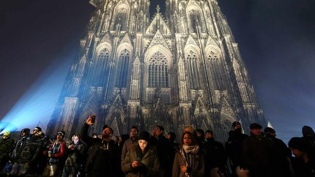 Kölner Dom mit Menschen davor.