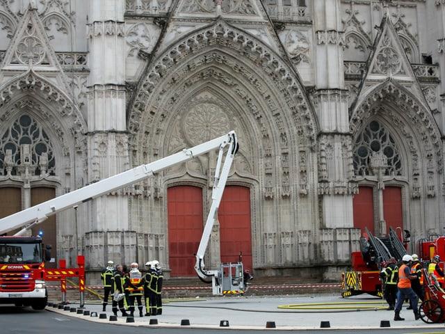 Feuerwehr vor Kathedrale.