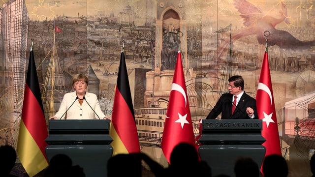Angela Merkel ed Ahmed Davutoglu durant lur conferenza da medias.