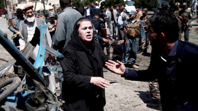 Ein Afghane versucht im Juni 2015 eine Frau zu trösten, die bei einem Anschlag einen geliebten Menschen verloren hatte. (reuters)