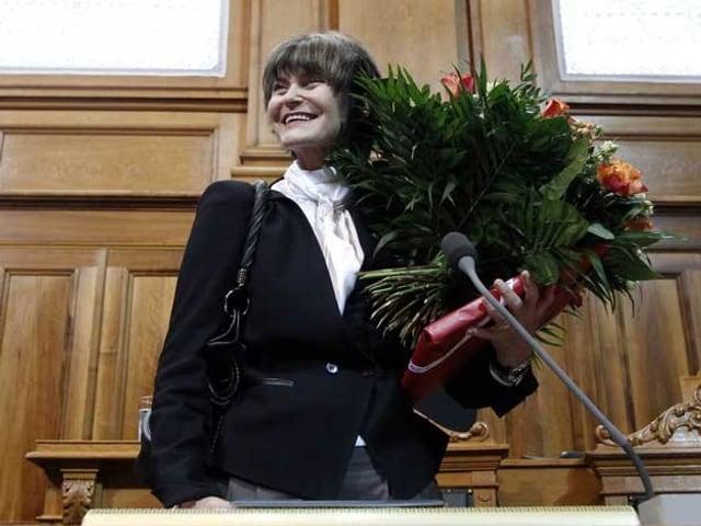 Micheline Calmy-Rey mit Blumen in der Hand