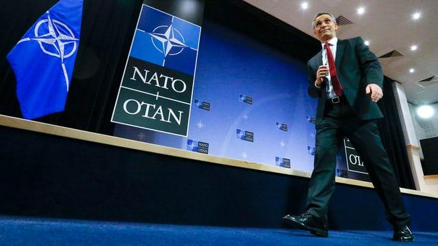 Nato-Generalsekretär Jens Stoltenberg geht über einen blauen Teppich.