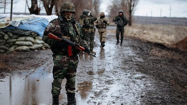 Ukrainische Soldaten auf einen Feldweg im Osten der Ukraine.