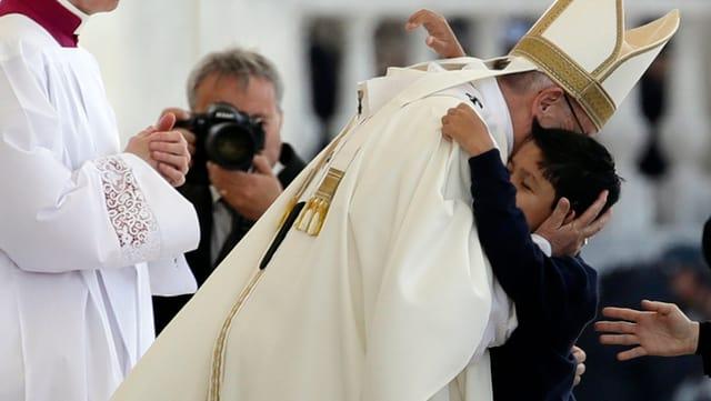 Il mattet en la bratscha dal papa.