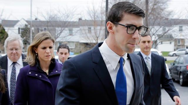 Michael Phelps schreitet niedergeschlagen ins Gericht.