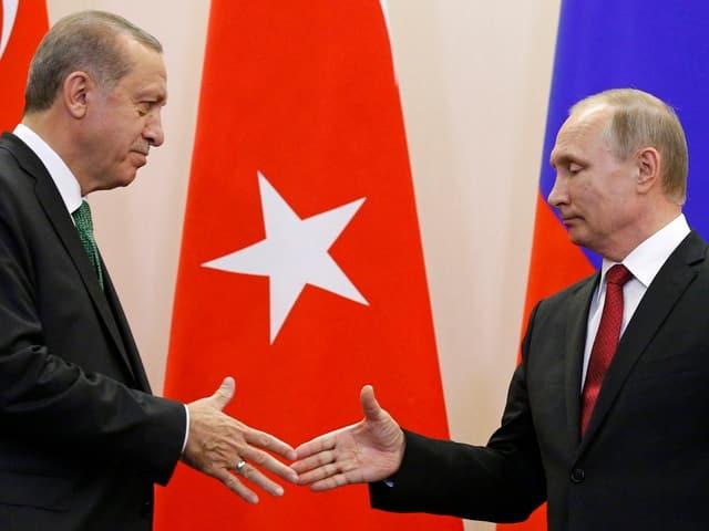 Recep Tayyip Erdogan und Wladimir Putin in Sotschi strecken sichdie Grusshand entgegen.