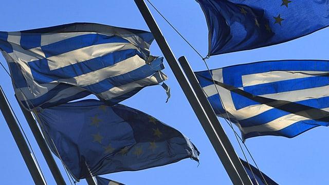 Griechische und EU-Fahnen.