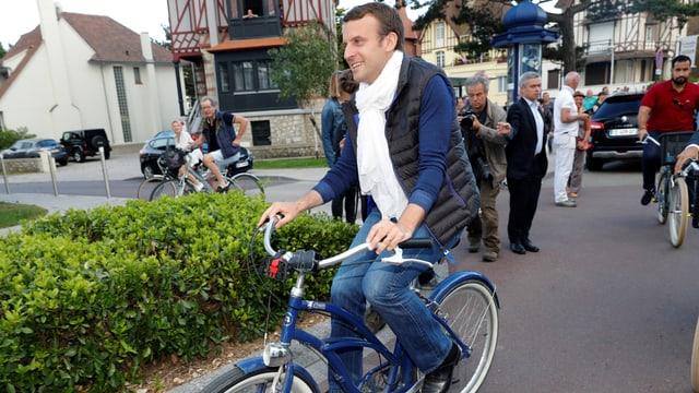 Emmanuel Macron war gestern im Badeort Le Touquet im Norden Frankreichs mit dem Fahrrad unterwegs.