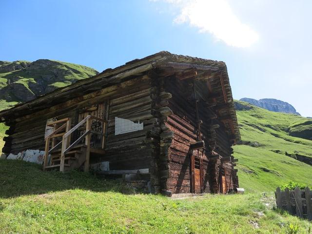 Alphütte auf Wiese in Bergen