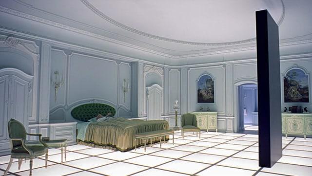 Szene aus «2001 – A Space Odyssey» mit dem rätselhaften, schwarzen Monolith im weissen Zimmer.