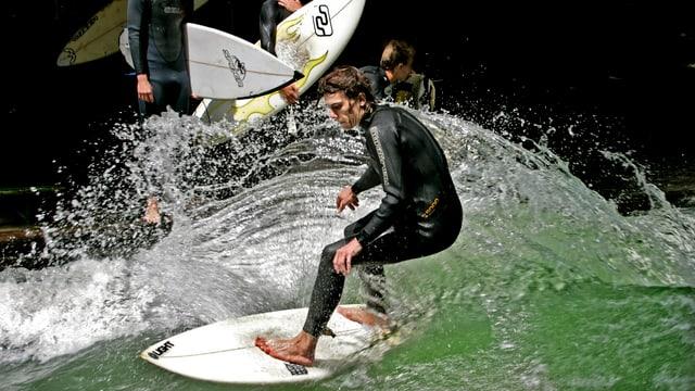 Surfer auf einer Welle.