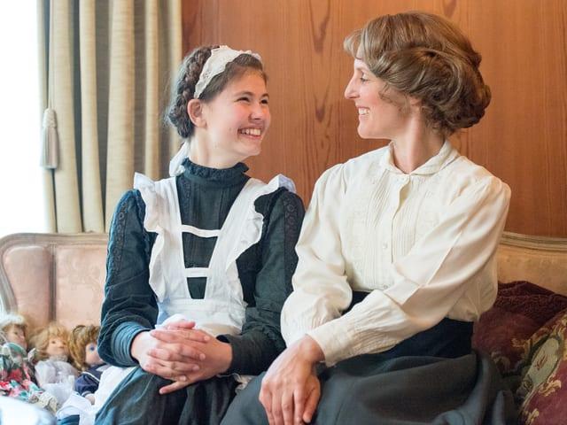Lisa-Maria D'Ercole und Aniko Donath sitzend auf Sofa in Villa