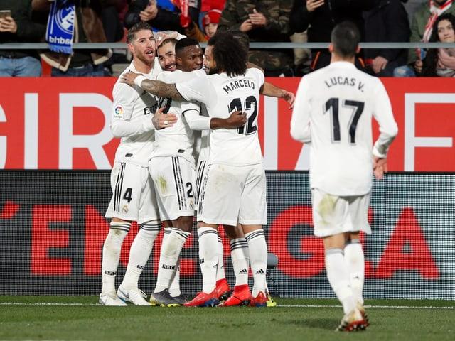 Karim Benzema im Sandwich seiner Teamkollegen.
