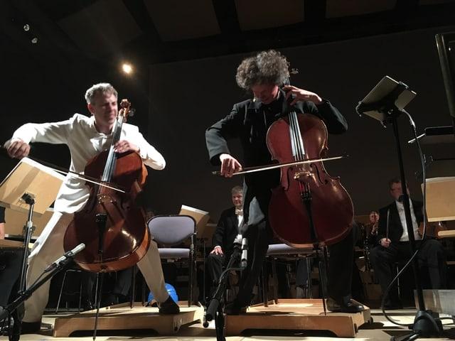 Zwei Cellisen legen sich auf der Bühne ins Zeug