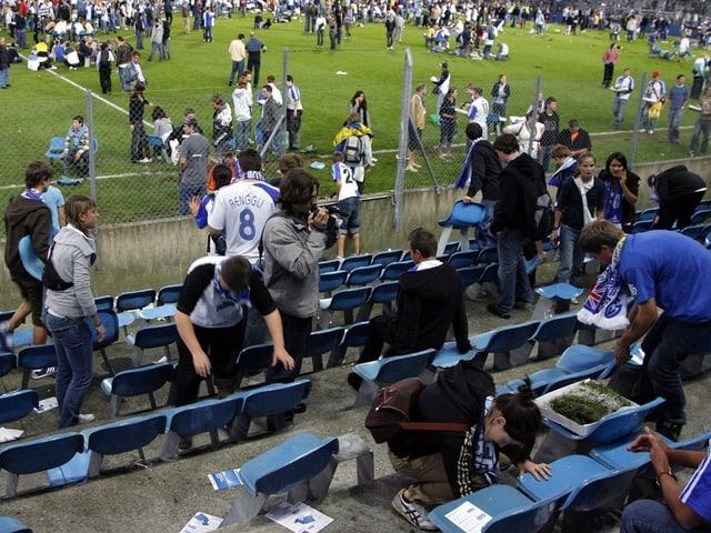 Das alte Hardturm-Stadion nach dem letzten Spiel am 1.9.2007. Fans demontieren die Sitze.