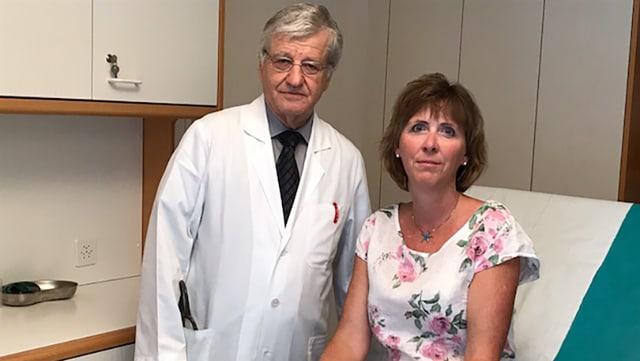 Arzt und Patientin im Zimmer