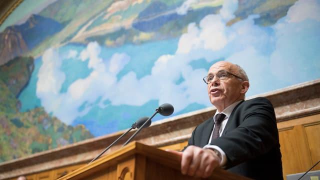 Purtret dad Ueli Maurer en il parlament a Berna.