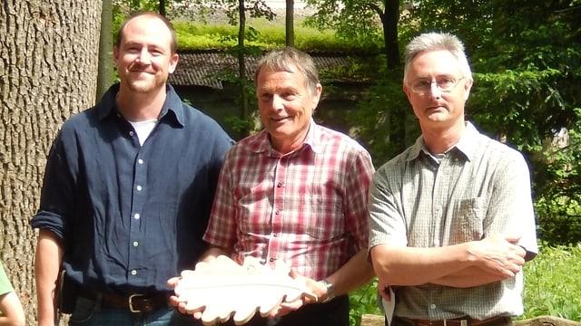 (da san.) Christian Buchli (inschigner forestal regiunal), Wendelin Hürlimann (selvicultur communal da Breil) e Marcus Ulber (suprastant da l'Uniun «proQuercus»)