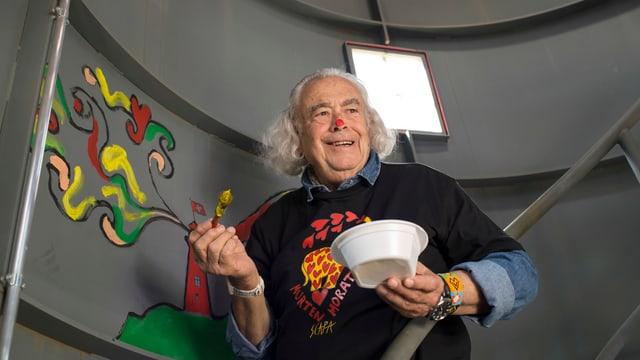 Il pictur-artist Ted Scapa cun ses dissegn en la tur.
