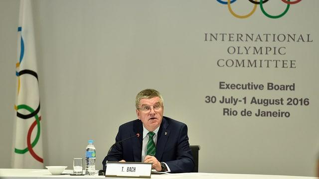 IOC-Präsident Thomas Bach sitzt an einem Tisch.